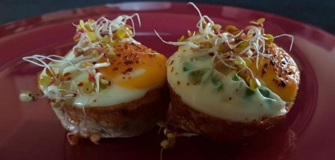 Banalnie prosty pomysł na szybkie, smaczne i zdrowe śniadanie. Składniki Porcja na 4 kokilki ulubione pieczywo tostowe, 4 szt. (kromki) jajko, 4 szt. ulubione dodatki, u mnie: szczypior, czerwona papryka, szynka, odrobina tartego żółtego sera, kiełki rzodkiewki do dekoracji sól i pieprz, do smaku Wykonanie Z każdej kromki pieczywa tostowego wycinamy jak największy okrąg (ja …