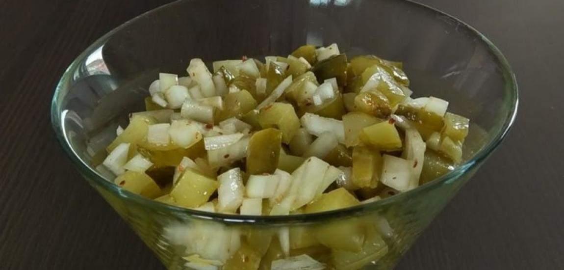 Banalnie prosta, szybka i smaczna surówka . Ogórek kiszony z cebulką , przyprawami i odrobiną oliwy to świetny chrupiący dodatek do dań z grilla jak również obiadowych. Składniki ogórek kiszony, 4-5 szt. cebula, 1 szt, duża sól i pieprz, do smaku oliwa Wykonanie Ogórki kiszone i cebulę kroimy w kostkę. Wrzucamy do miski. Doprawiamy do …