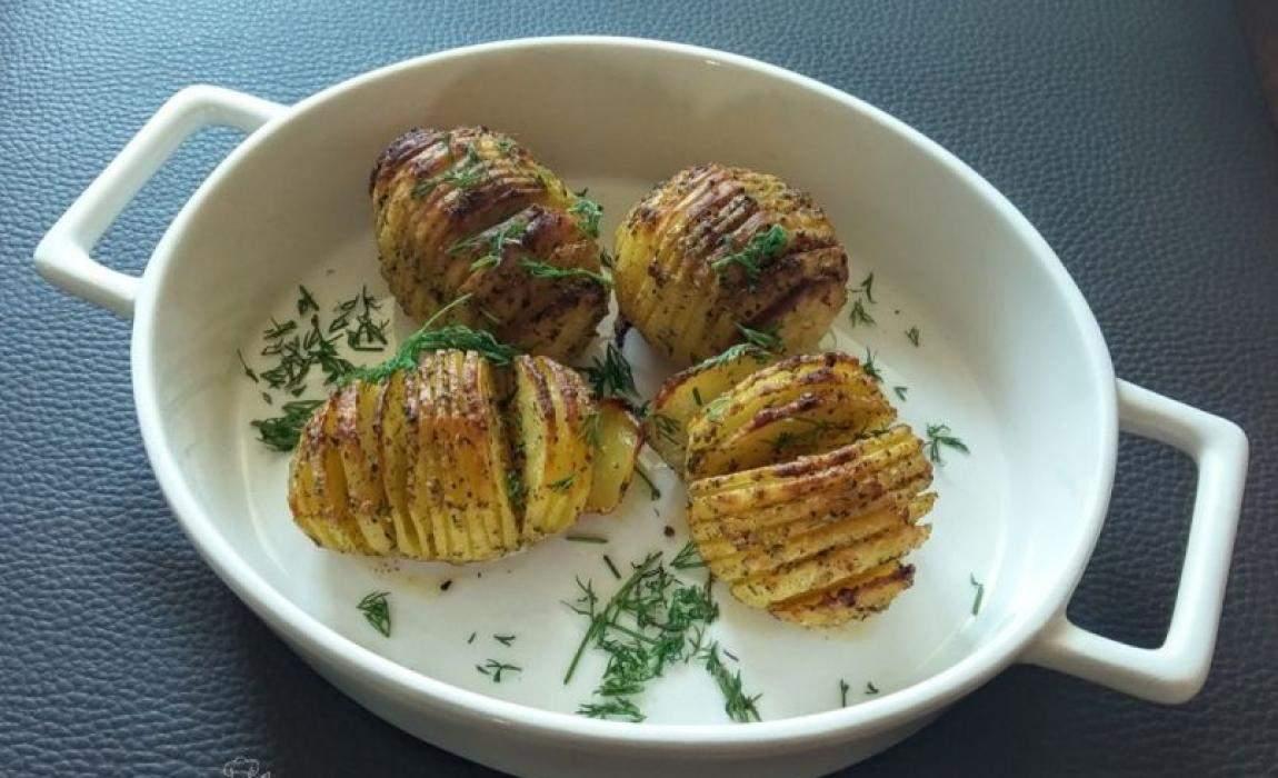 Ziemniaki dzięki nacięciom są mięciutkie w środku i chrupiące na zewnątrz. Aromatyczne dzięki dużej ilości przypraw. Dzieci twierdzą, że smakują jak chipsy. Składniki Porcja dla 2 osób ziemniaki, 4 szt. (zbliżonej wielkości) ulubione przyprawy ( u mnie: sól morska, czosnek granulowany, rozmaryn, oregano) olej lub masło klarowane koperek, do podania Wykonanie Ziemniaki obieramy, myjemy i …